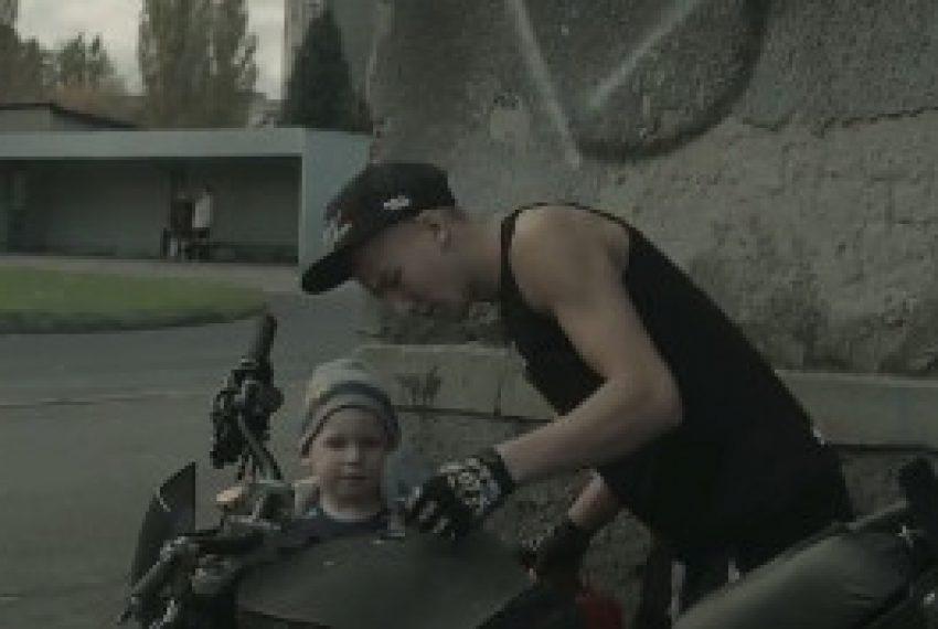 Fisz Emade Tworzywo – Ślady (feat. Justyna Święs)
