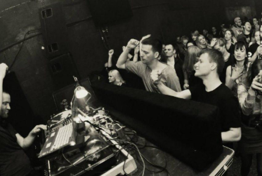Balans pomiędzy głębokimi dźwiękami a ciężkim techno – rozmawiamy o 'closing setach'
