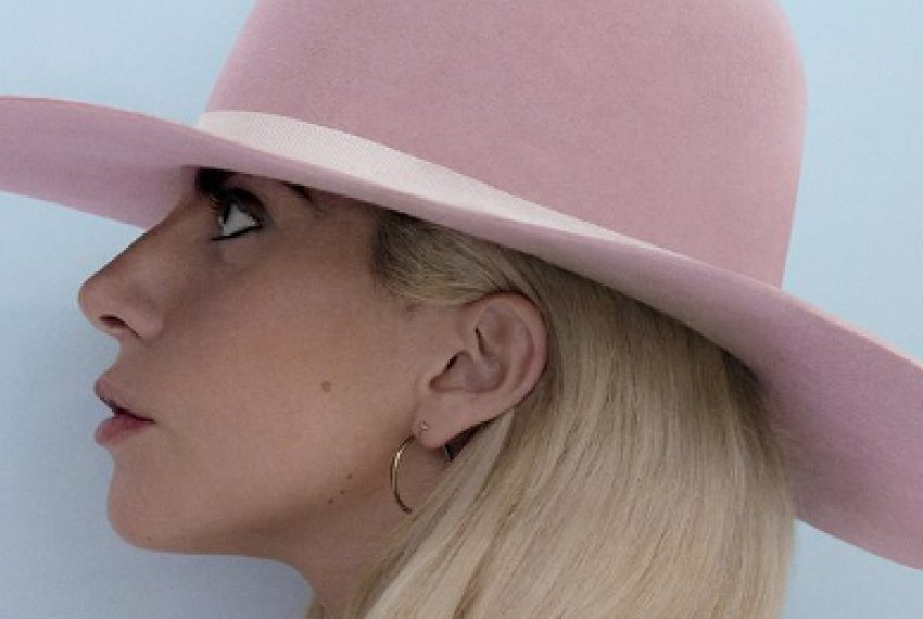 Lady Gaga w utworze Radio Slave