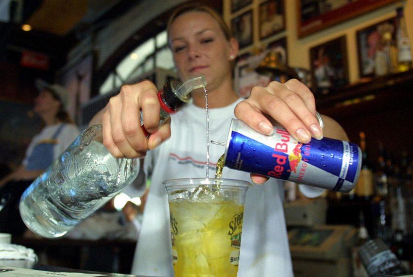 Wódka z Red Bullem jak kokaina! Amerykańscy naukowcy w formie