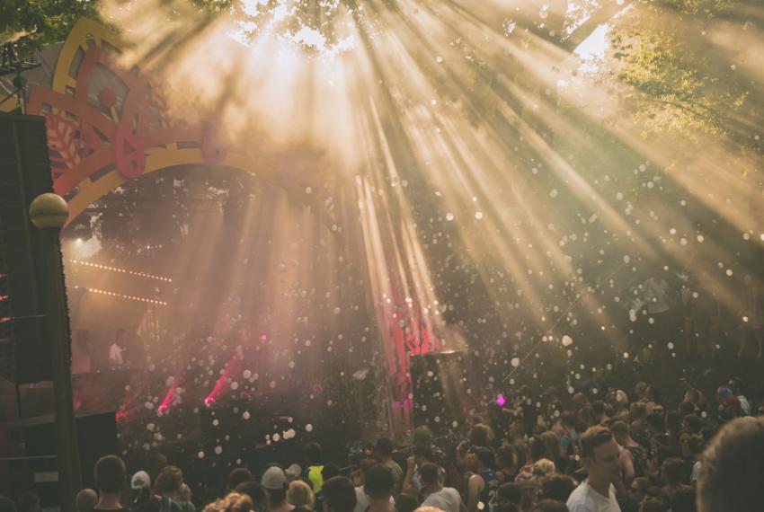 Słońce, uśmiech i muzyka. Czy w końcu nadchodzi rozkwit dziennych imprez?