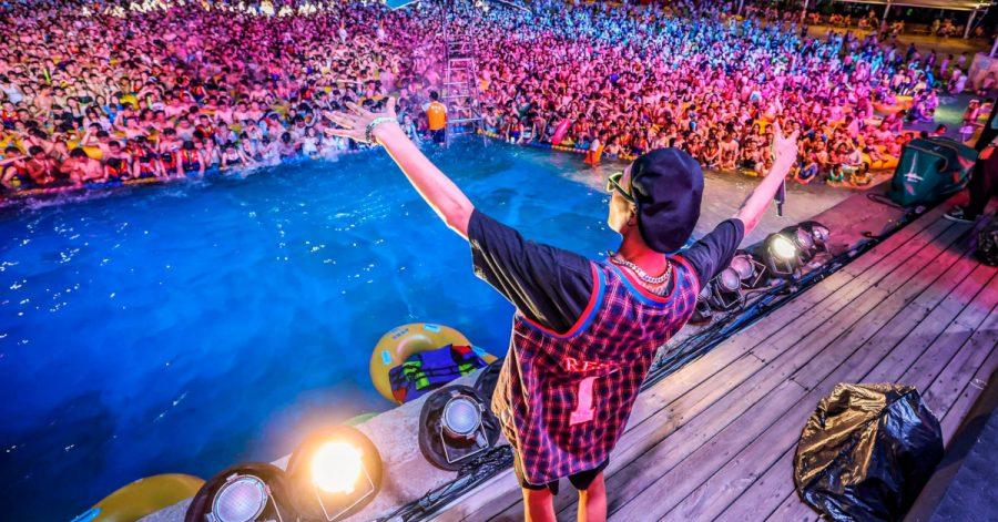 Wielotysięczna impreza w basenie w Wuhan