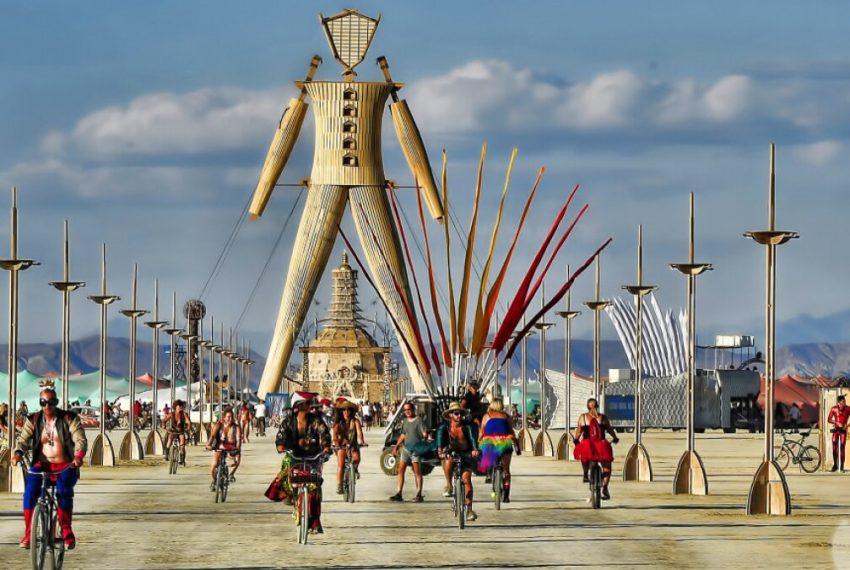 Burning Man odwołany, a na pustyni w Newadzie gromadzą się tysiące osób
