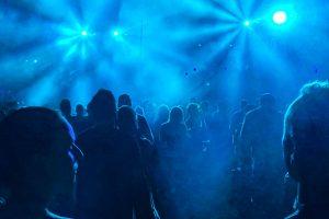 Koronawirus w Wielkiej Brytanii – organizowane są nielegalne rave'y