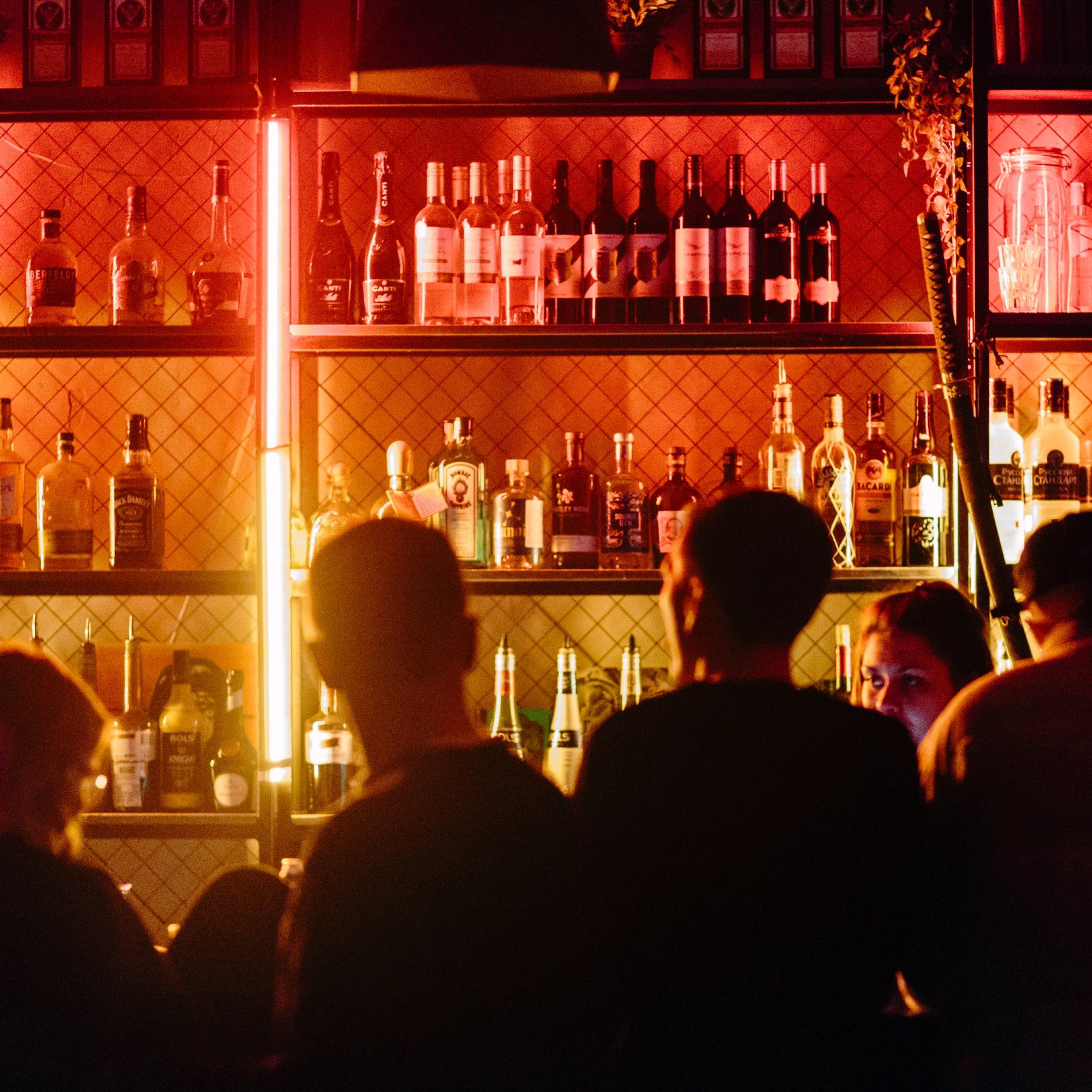 lokale gastronomiczne, czyli restauracje, puby, bary nie mogą działać stacjonarnie, obostrzenia