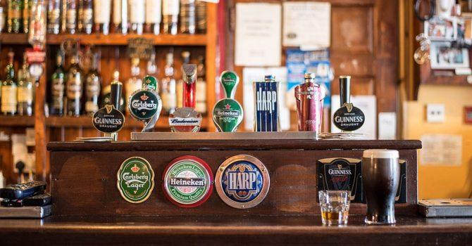 Brytyjczycy muszą wypić po 124 kufle piwa, aby uratować swoje puby
