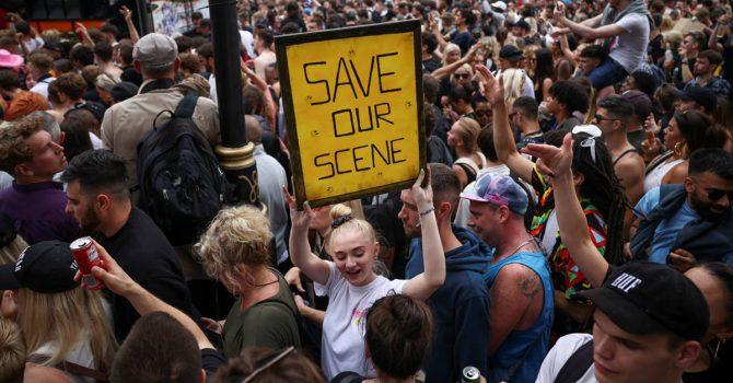 Wielkiej Brytanii znowu wiatr w oczy. Miały być zdjęte restrykcje, są kolejne protesty