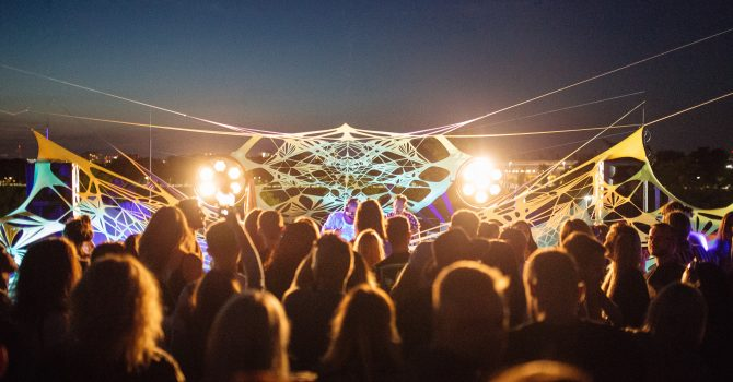 Roof Party x Galeria Kazimierz. Woo York zagra nad krakowskimi ulicami